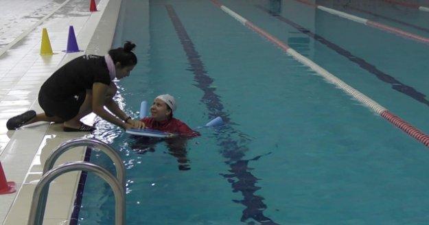 10 bin ev hanımı yüzme öğrenecek
