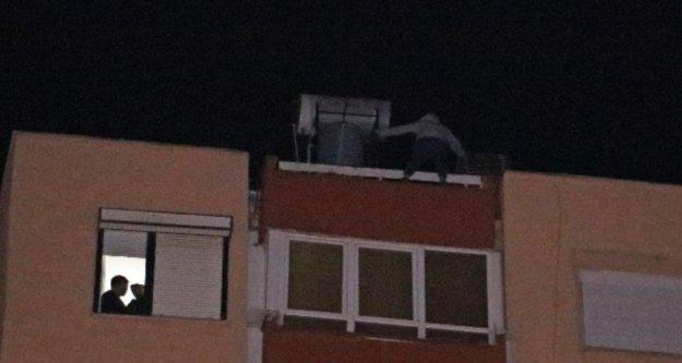 12 katlı apartmanın çatısından aşağı sarkan kadını film izler gibi izlediler