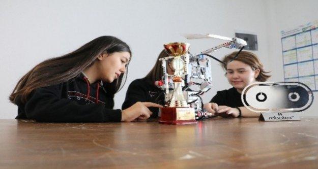 14 yaşındaki kız öğrenci 'Yangın Söndürme Robotuyla dünya ikincisi oldu