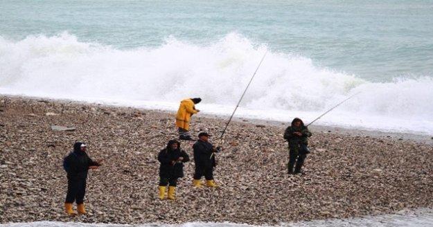 Amatör balıkçıların dev dalgada tehlikeli balık nöbeti