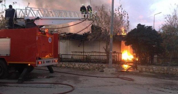 Yangında 2 ev kullanılamaz hale geldi