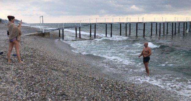 Alanya'da Rus turistlerin ocakta soğuğa rağmen deniz keyfi