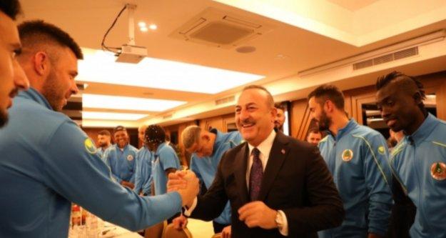 Bakan Çavuşoğlu Alanyaspor'un kampını ziyaret etti