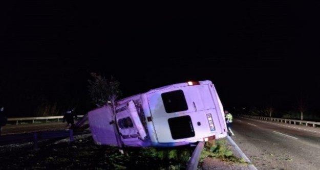 Minibüs bariyerlere çarptı: 1 ölü, 3 yaralı var
