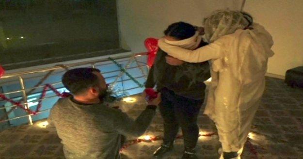 'Son duanı et' deyip evlenme teklifi yaptı