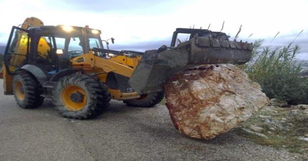 Yola kaya düştü