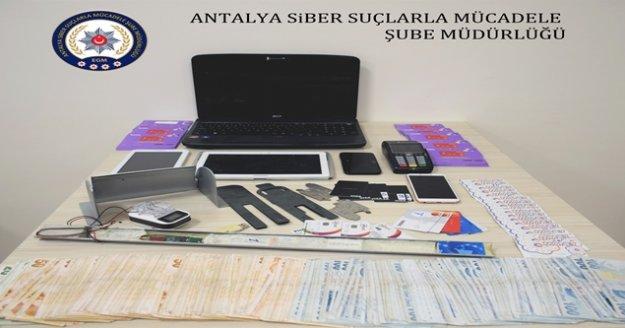 ATM dolandırıcıları düzeneği sökmek isterken polise yakalandı