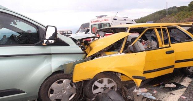 Gazipaşa'da kaygan yolda kafa kafaya çarpıştılar: 5 yaralı