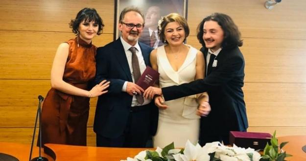 Sevgililer gününde çocuklarının annesine nikah kıydı