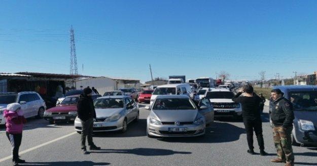 Yarış güzergahında kapanan yol sebebiyle 1 saat bekleyen araçlar uzun kuyruklar oluşturdu