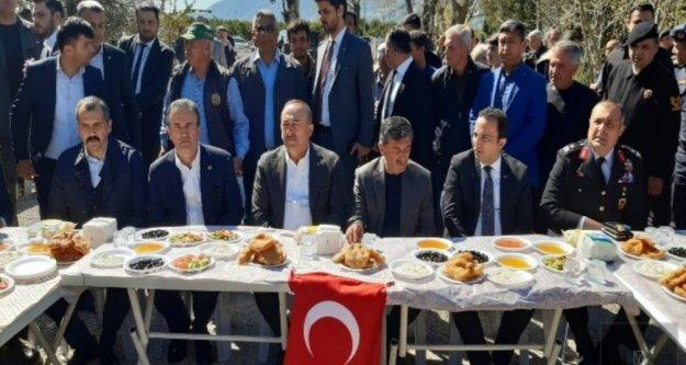 Bakan Çavuşoğlu İdlib şehidinin ailesini ziyaret etti