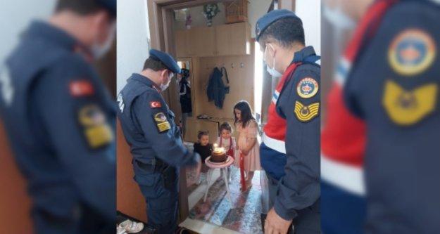 Alanya'da evden çıkamayan minik kıza jandarmadan doğum günü