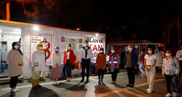 Alanya Ak Parti'den Kızılay'a destek