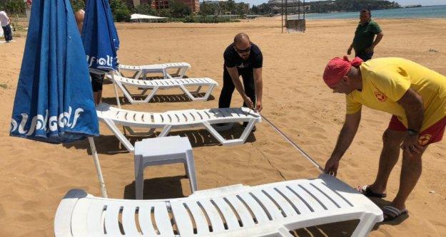 Alanya'da halk plajlarında santim santim şezlong provası