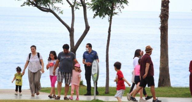 Çocuklar izin gününde sahile akın etti