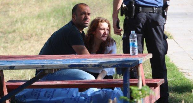 Kızı, parkta ölen babasının başında feryat etti