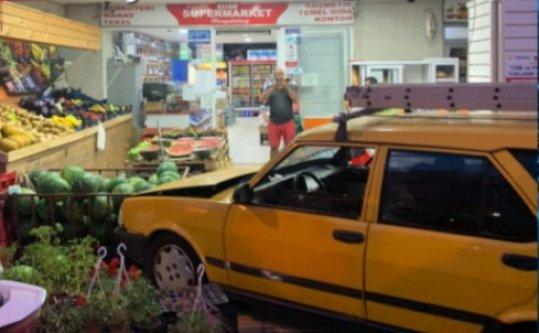 Alanya'da araç markete daldı, muhtar ölümden döndü