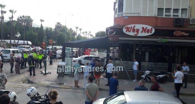 Alanya'da araç restorana daldı: Ortalık savaş alanına döndü, 4 yaralı var
