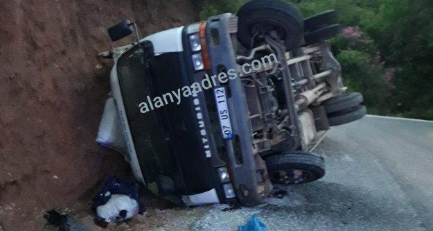 Alanya'da freni patlayan kamyonet şarampole devrildi