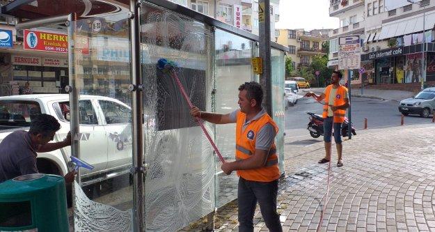 Alanya'da otobüs duraklarında temizlik