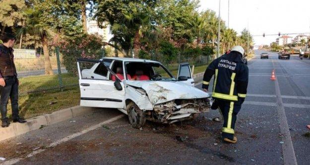 Alanya'da otomobil park halindeki araca çarptı: 5 yaralı var