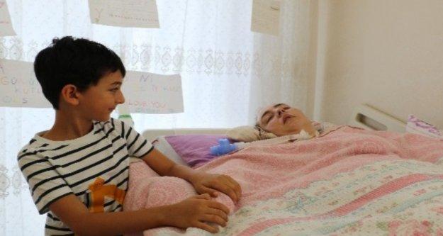 Doktorların 'Aniden kalkacak' dediği annesinin başında nöbet tutuyor