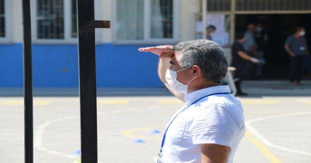 Dualarıyla ailelerin yüreğine su serpti, gözleri sürekli sınava yetişemeyecek gençleri aradı