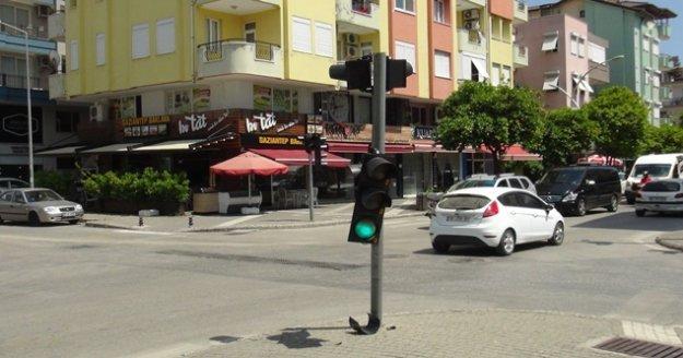 Kırmızı ışık ihlali yaptı trafik lambasına çarparak durabildi