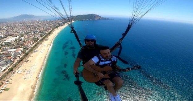 Alanya'da 800 metre yükseklikte gitar çalıp şarkı söyledi
