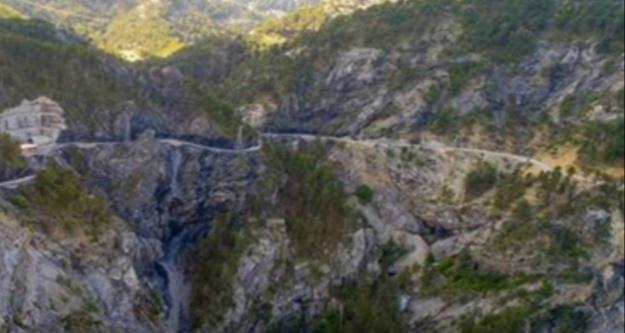 Alanya'da araç uçuruma yuvarlandı; 3 yaralı var