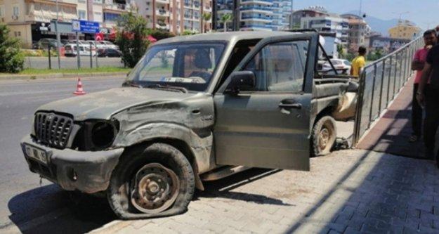 Alanya'da feci kaza! 2 araç birbirine girdi