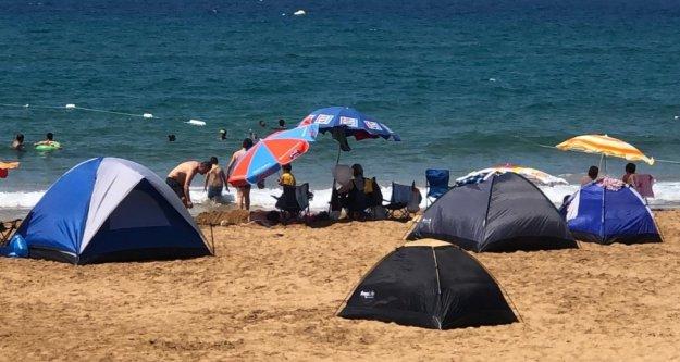 Alanya'da tatilciler çadırı tercih etti, sahiller çadır kente dönüştü