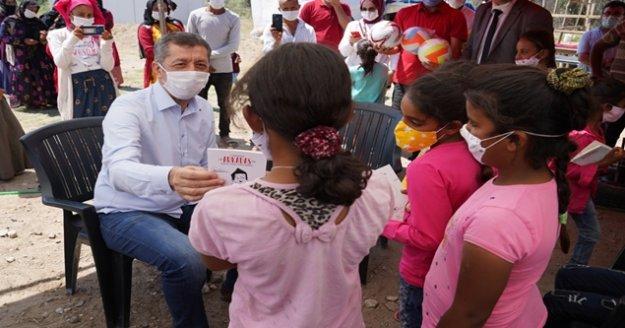 Bakan Selçuk'tan tarladaki çocuklara sürpriz ziyaret