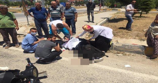 Kamyonetin çarptığı motosikletli genç kadın ağır yaralandı