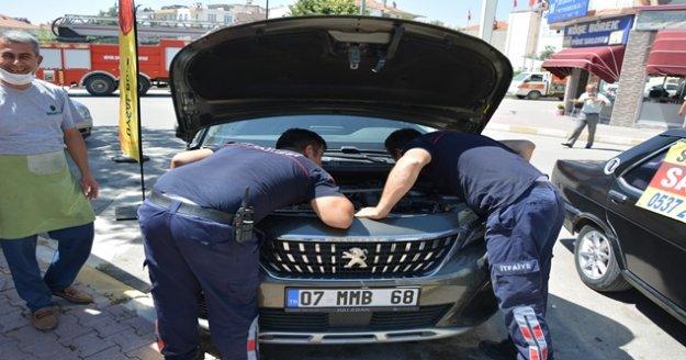 Otomobile saklanan kedi sanayide parçalar sökülerek kurtarıldı