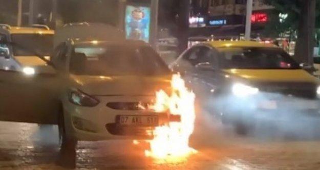 Alanya'da hareket halinde otomobil alev alev yandı