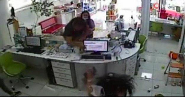 Eczane çalışanına saldırı görüntüleri güvenlik kameralarına yansıdı
