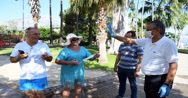 Başkan Topaloğlu yerli ve yabancı vatandaşlara maske dağıttı