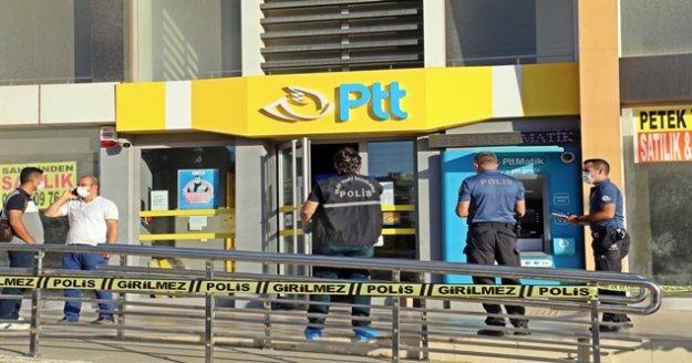Bıçakla gelip kargo gönderme bahanesiyle girdiği PTT'yi soydu