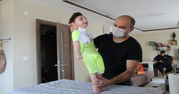 Doktorlar 'Üç ay yaşar' dedi, 2,5 yaşında ayaklandı