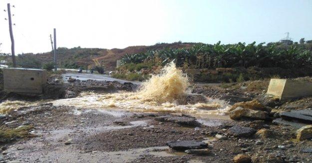 Gazipaşa'da patlayan sulama borusu tarım alanlarını sular içinde bıraktı