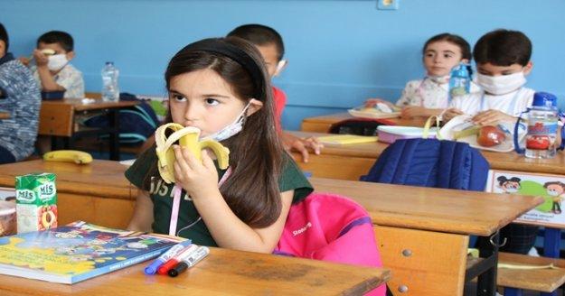 İlk teneffüste 60 bin öğrencinin meyvesi Büyükşehir'den