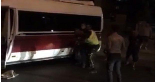 Alanya'da sinir krizi geçiren şahıs minibüsüyle yolu kapattı