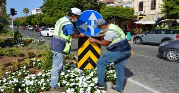Alanya'da trafik levhası çalışması devam ediyor