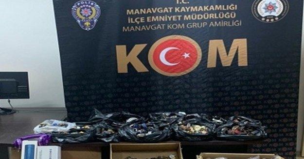 Antalya'da yüzlerce gümrük kaçağı malzeme ele geçirildi