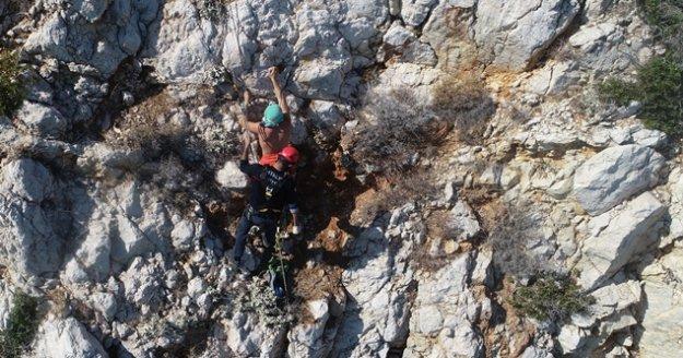 Kayalıklardan düşen turiste 6 saatlik nefes kesen kurtarma operasyonu