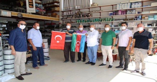 Şahin ve yönetimi Türk ve Azerbaycan bayrağı dağıttı