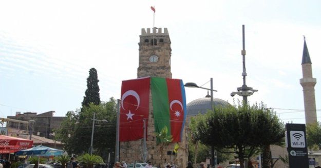 Tarihi simgelerinden Saat Kulesi ile Yivli Minare Azerbaycan bayrakları asıldı