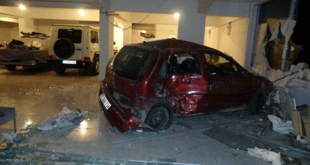 Virajı alamayan alamayan otomobil dükkana girdi: 1 yaralı var