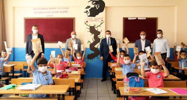 Yücel'den ilk derste öğrencilere sürpriz hediyeler